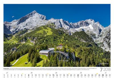 Bergparadies<br>Vor dem markanten Alpspitzgipfel liegt, hoch über Garmisch-Partenkirchen und dem Höllental, das liebliche Hochalmgebiet um Kreuzeck und Osterfelder. Dahinter führt der lange Jubiläumsgrat hinüber zur Zugspitze.